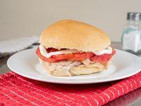 Sándwich de lomito con tomate