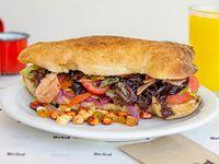 Club sándwich pollo grillado, panceta, queso, lactonesa, tomate y lechuga
