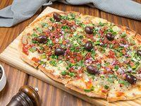 Pizza con verdeo y panceta