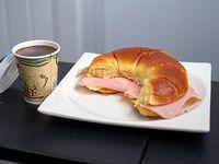 Promoción - Chocolate caliente + Medialuna de jamón y queso