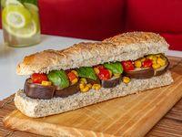 Sandwich de berenjenas con tomate cherry