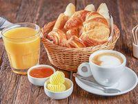 Desayuno Le Fournil con te o café capuccino