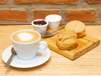 Promo 5 - 2 scones con mermelada y queso + café con leche