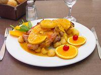 Costilla de cerdo a la naranja con papas españolas