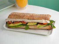 Sándwich pan batta pollo y verduras