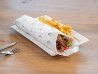 Shawarma de carne con papas fritas