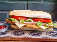Sándwich de suprema con jamón, queso, lechuga y tomate