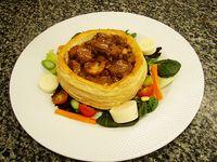 Pastry Beef al Estilo Bourguiñón con Cebollitas y Champiñones