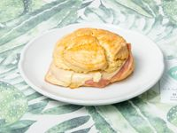 Sandwich de scone dulce con jamon cocido y queso