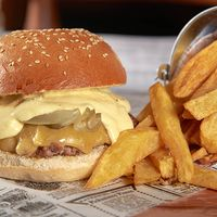 Hamburguesa taxco con papas fritas
