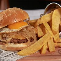 Hamburguesa a lo pobre con papas fritas