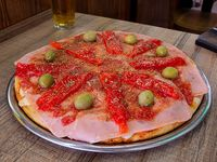Pizza muzzarella con jamón y morrones