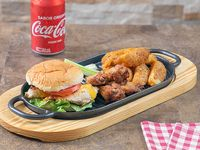 Hamburguesa de 2 tiernas pechugas de pollo al grill + papas western + soda 355 ml