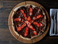 Pizza brigadeiro con frutilla