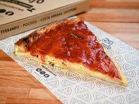 Slice de pizza rellena de jamón y mozzarella
