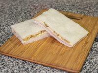 Sándwich de miga de aceituna y jamón queso