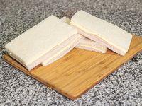 Sándwich de miga de jamón y queso