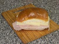 Pebete de jamón y queso