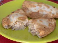 Empanada de pollo y cebolla caramelizada