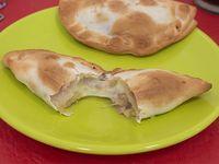 Empanada de salchicha, muzzarella y mostaza