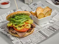 Sándwich de churraco chacarero acompañado de papas fritas o papas rústicas