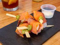 4 Pinchos de salmón ahumado + salsa a elección