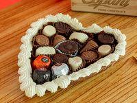 Corazon con base de chocolate y bombones suizos x 500 grs