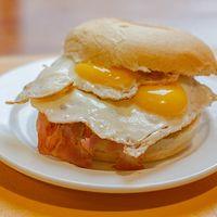 Hamburguesa, tocino, huevo frito y tomate