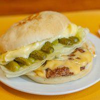 Hamburguesa, cheddar, pepinillo y lechuga