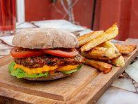 Hamburguesa vegana con lechuga y tomate con guarnición