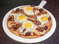 Pizza con panceta y huevo frito