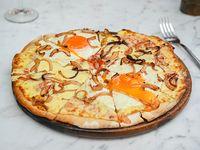 Pizzeta para 2 con muzzarella cebolla salteada y huevo frito