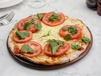 Pizzeta para 2 con muzzarella, tomate y albahaca