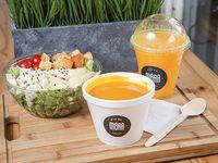 Sopa del día + ensalada de pollo + jugo de naranja