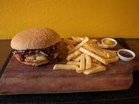 Secreto parrillero burger con papas fritas