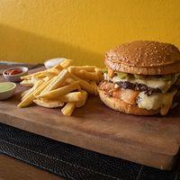 Secreto doble burger con papas fritas