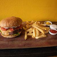 Secreto americano burger con papas fritas