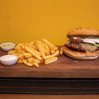 Secreto clásica burger con papas fritas