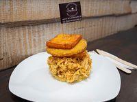 Arepa de pollo mechado y queso frito