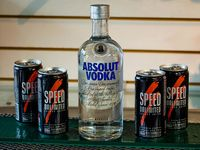 Absolut vodka + 4 latas de Speed chicas