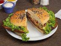 Sándwich de milanesa de carne La Rambla acompañado de papas fritas