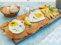 Milanesa a caballo con papas fritas (con 2 huevos fritos)