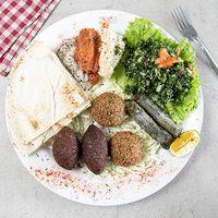 Plato árabe mixto - 2 kebe + 2 falafel + 2 tabaquitos + 2 tabules