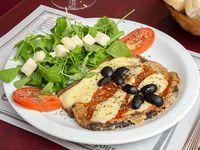 Milanesa de berenjena a la napolitana con ensaladas de hojas verdes y aceitunas negras