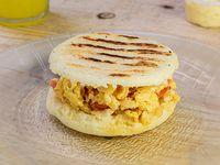 Arepa vegetariana (huevos revueltos con tomate y cebolla)