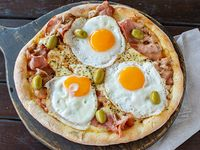 Pizza con bacon y huevo