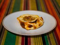 Empanada de mozzarella y cebolla caramelizada