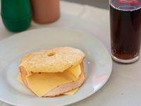 Arepa de maíz con jamón y queso