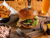Combo 8 - Mediterranean burger + papas rústicas o Lumber fries + bebida línea Coca-Cola 350 ml