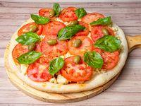 Pizza con tomate y albahaca